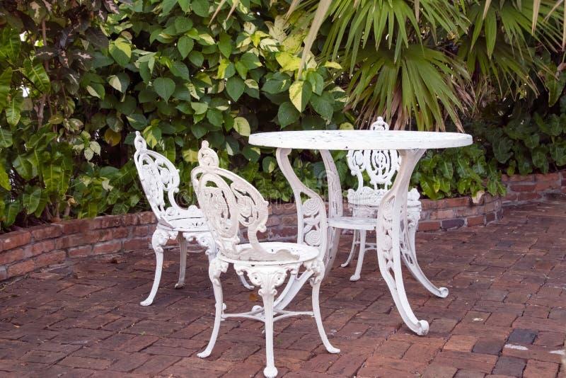 Patiotabelle und -stühle auf Ziegelstein stockfoto