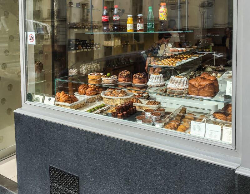Patisserie Gilles Marchal piekarni pokaz na Montmartre w Paryż, Francja obraz stock