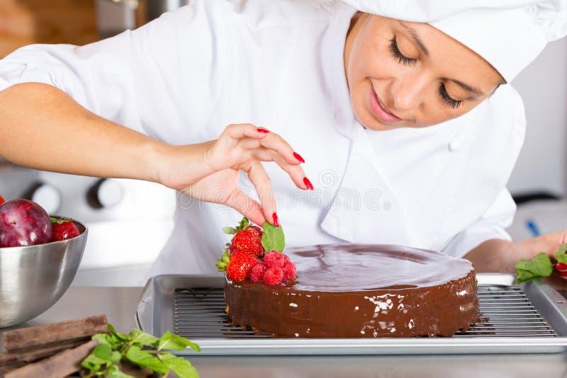 Patissier in der Küche stockfoto