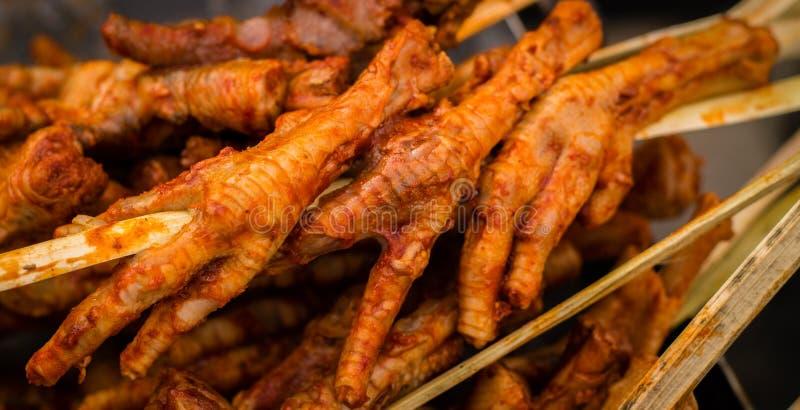 Patitas de pollo- ноги жареного цыпленка стоковое фото rf