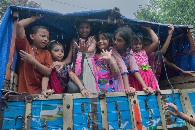 Patiti del bambino intorno a Rath a Calcutta sotto pioggia fotografie stock libere da diritti