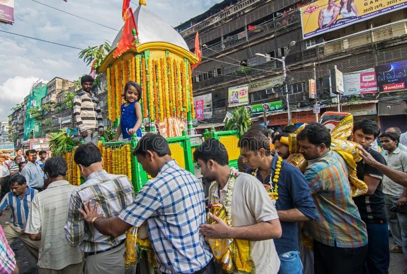 Patiti indù che circondano intorno alla biga di Lord Jagannath con il suo idolo su Rathjatra fotografia stock