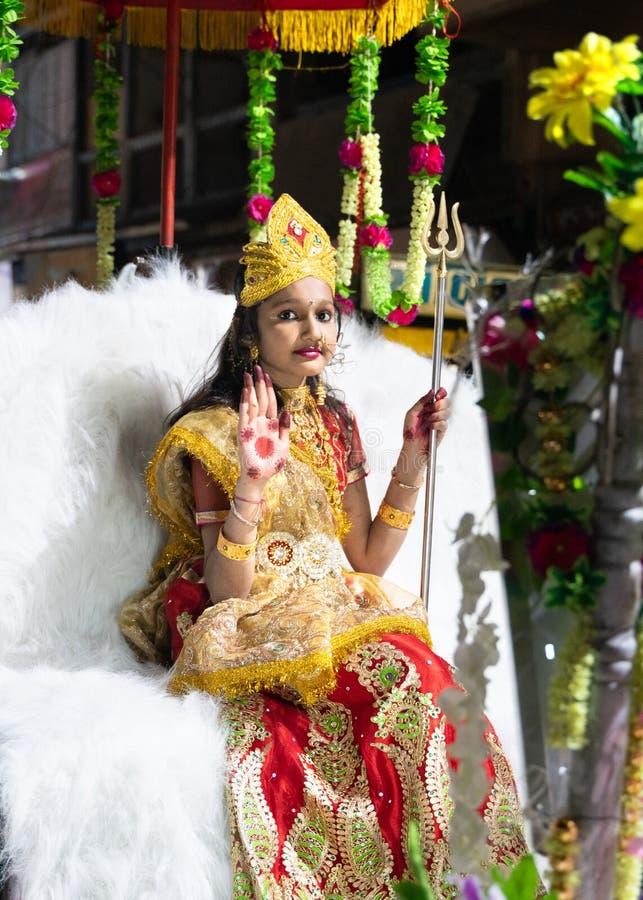 Patna/India-10 02 2019: Het jonge leuke meisje die een rol in Hindoes festival spelen stock fotografie