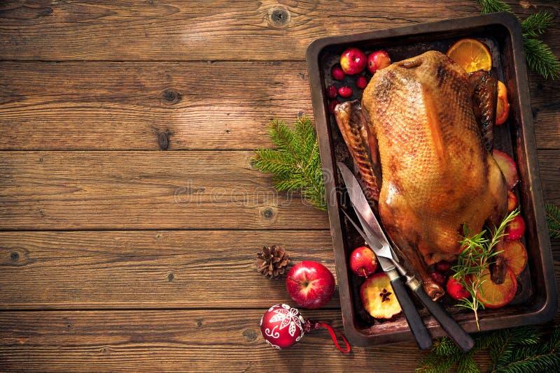 Pato de assado do Natal com maçãs e laranjas na bandeja do cozimento fotografia de stock royalty free