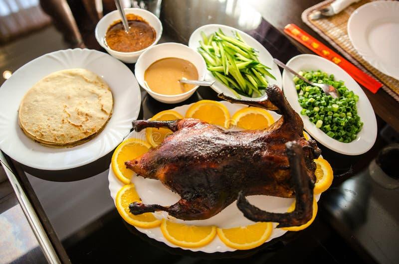 Pato de Pekín curruscante con las crepes fotos de archivo