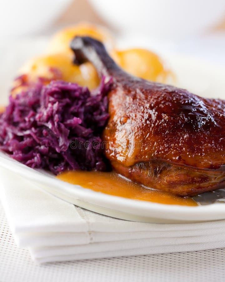 Pato do assado com repolho vermelho. Culinária alemão fotos de stock royalty free