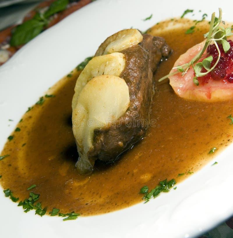 Pato do estilo do polonês da especialidade do alimento com maçãs como fotografadas dentro foto de stock royalty free
