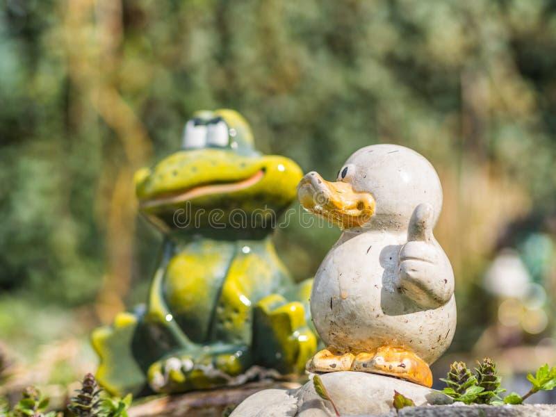 Pato e rã cerâmicos fotos de stock royalty free