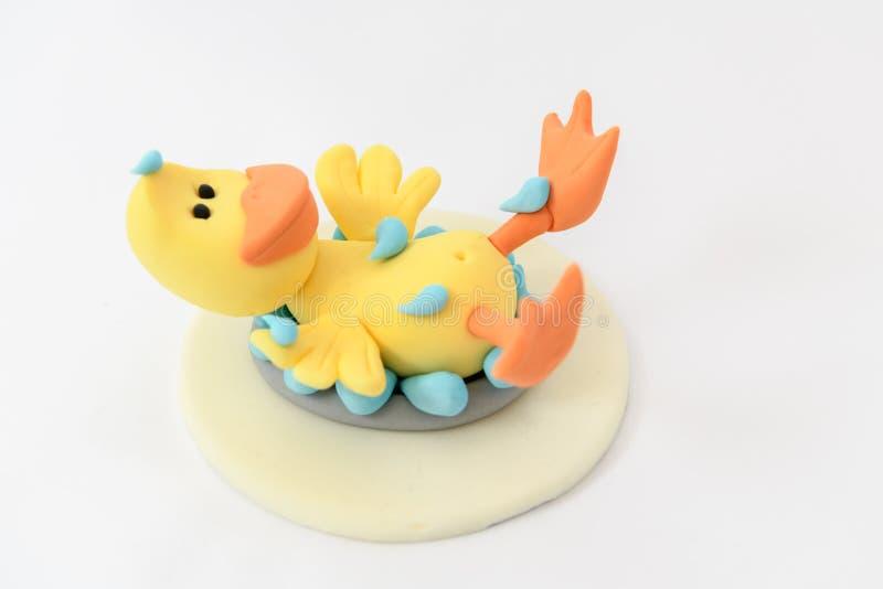 Pato modelo dulce lindo de la diversión que tiene un baño imágenes de archivo libres de regalías