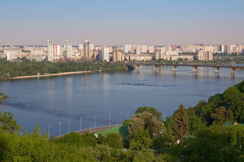 Paton桥梁和Dnieper的左岸, Kyiv 库存照片