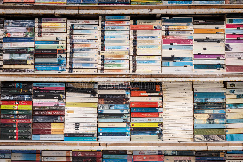 PATONG TAILÂNDIA 19 DE SETEMBRO: Livro velho na prateleira para a venda no fotografia de stock royalty free