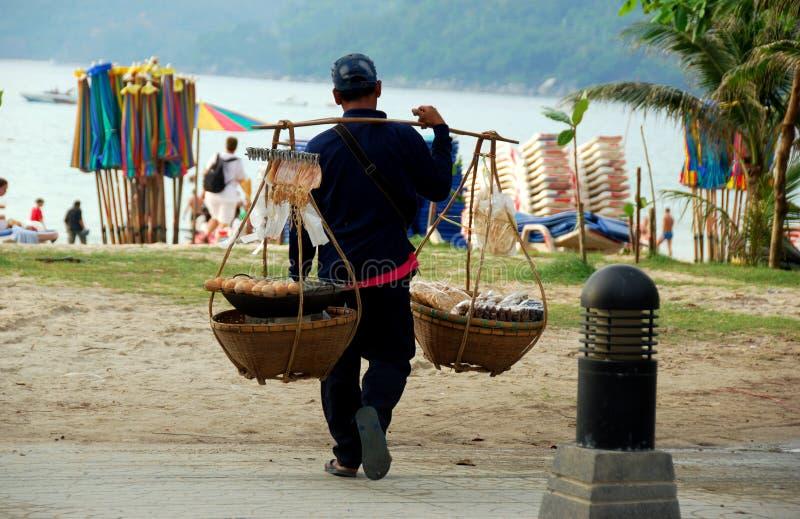 Patong, Tailândia: Vendedor de alimento na praia foto de stock