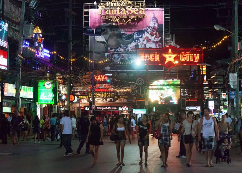 PATONG, TAILANDIA - 26 DE ABRIL DE 2012: Paseo de la gente por la tarde encendido imágenes de archivo libres de regalías