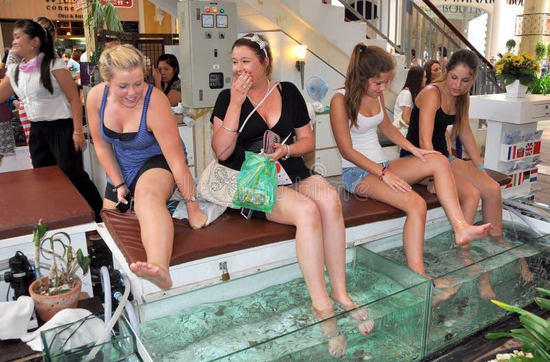 Patong, Thailand: Vrouwen die de Massage van Vissen krijgen stock afbeelding