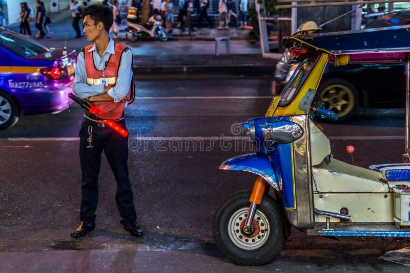 Patpong nocy rynek z strażnikiem i TukTuk taxi zdjęcia stock