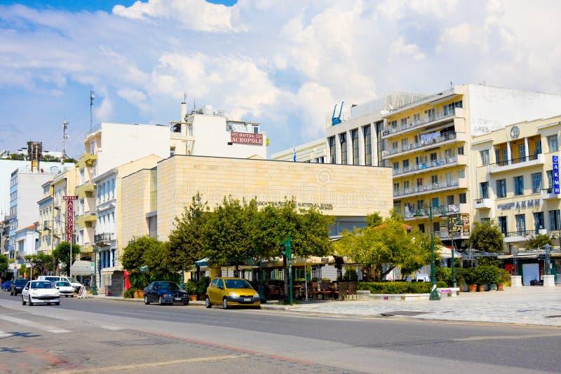 PATRA, GRECIA junio, 15: National Bank y hoteles en la calle de Agiou Andreou, Patra, Grecia el 15 de junio de 2014 La calle impo fotografía de archivo libre de regalías