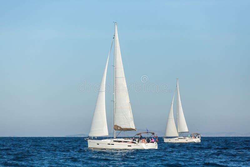 PATRAS GREKLAND - CIRCA oidentifierade segelbåtar delta i seglingregatta royaltyfri foto