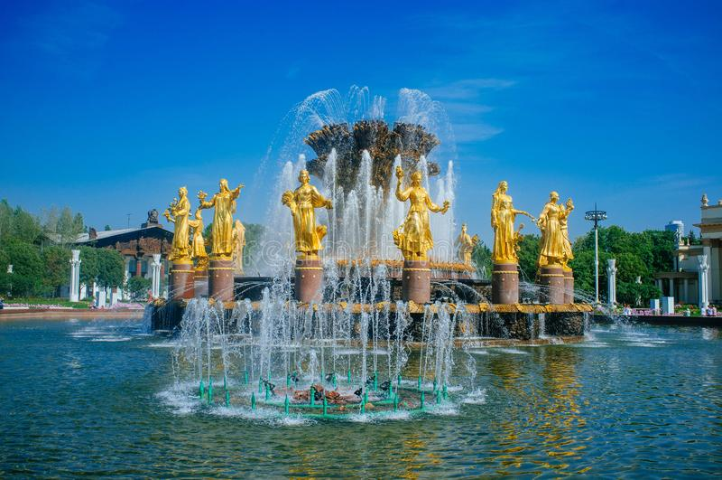 Patria rusa - amistad de oro de VDNKh de la fuente de las naciones foto de archivo libre de regalías