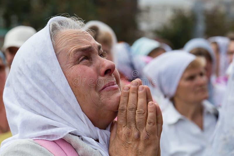 Patriarcado ucraniano de Moscou da igreja ortodoxa dos paroquianos durante a procissão religiosa Kiev, Ucrânia foto de stock