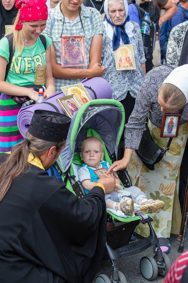 Patriarcat ukrainien de Moscou d'église orthodoxe d'enfants et de paroissiens pendant le cortège religieux Kiev, Ukraine images libres de droits