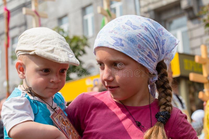 Patriarcat ukrainien de Moscou d'église orthodoxe d'enfants et de paroissiens pendant le cortège religieux Kiev, Ukraine photographie stock