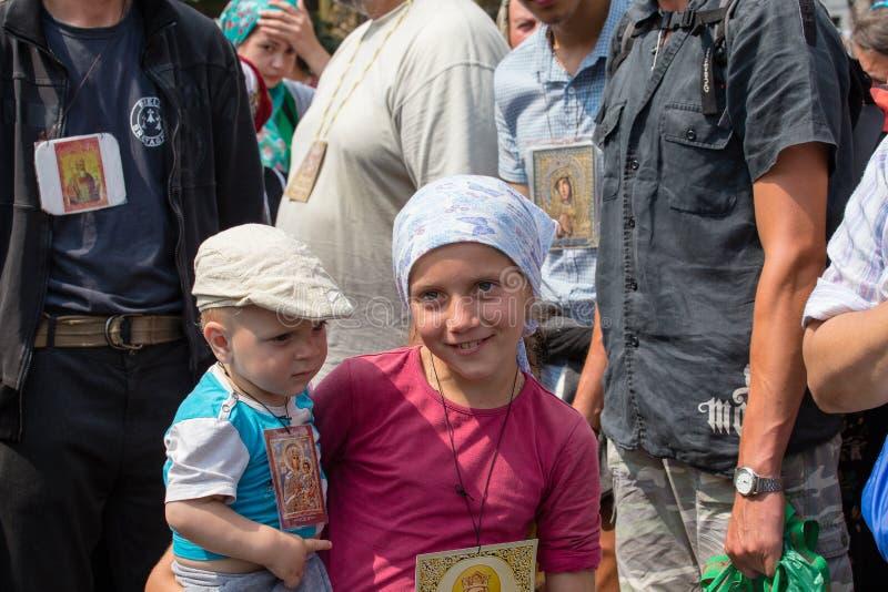 Patriarcat ukrainien de Moscou d'église orthodoxe d'enfants et de paroissiens pendant le cortège religieux Kiev, Ukraine photographie stock libre de droits