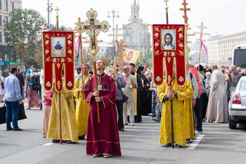 Patriarcat ukrainien de Moscou d'église orthodoxe de paroissiens pendant le cortège religieux Kiev, Ukraine images libres de droits