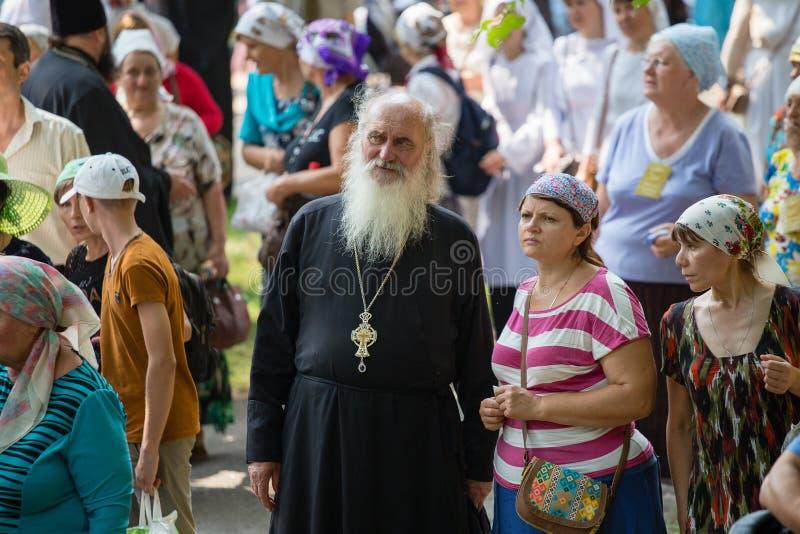 Patriarcat ukrainien de Moscou d'église orthodoxe de paroissiens pendant le cortège religieux Kiev, Ukraine image stock