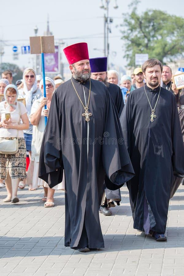 Patriarcat ukrainien de Moscou d'église orthodoxe de paroissiens pendant le cortège religieux Kiev, Ukraine image libre de droits