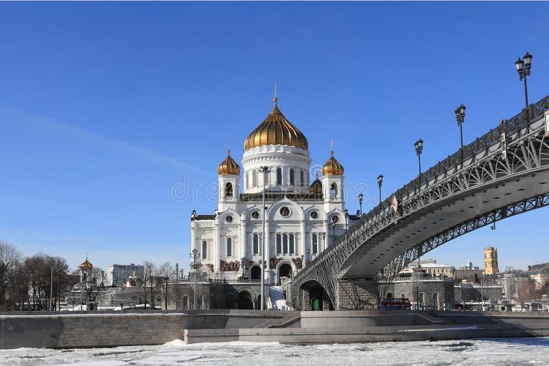 Patriarchaat Patriarchale Brug, de Rivier van Moskou en de Kathedraal van Christus de Verlosser in de vroege lente royalty-vrije stock foto's