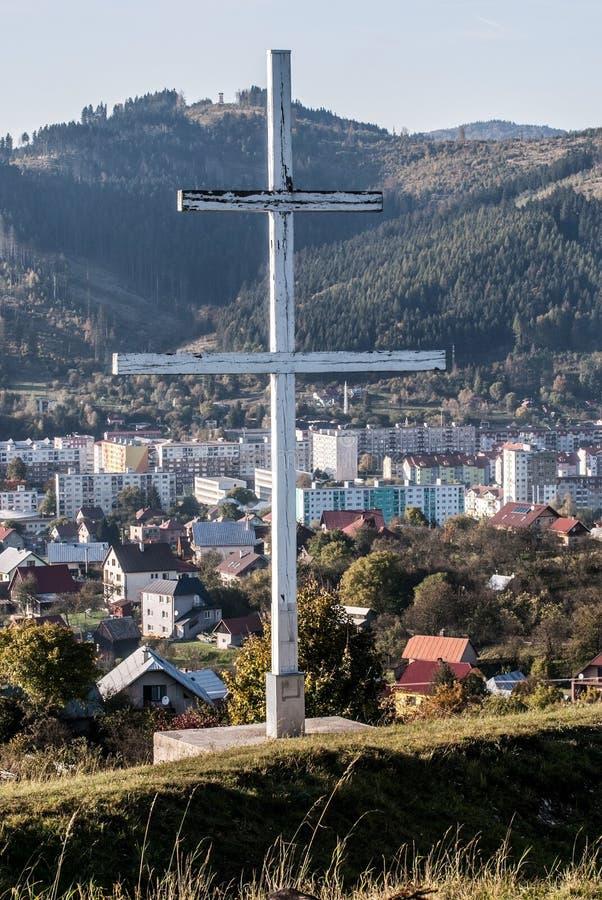 Patriark- kors ovanför den Kysucke Nove Mesto staden i Slovakien royaltyfri bild