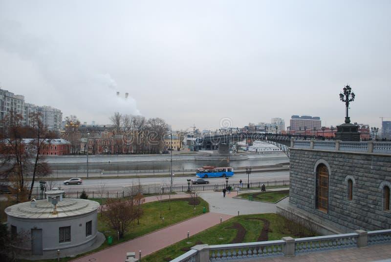Patriarshy-Brücke durch den Moskva-Fluss nahe der Kathedrale von Christus der Retter stockbild