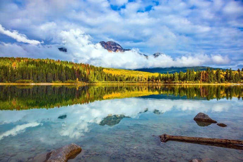 Patricia Lake parmi les forêts à feuilles persistantes photographie stock