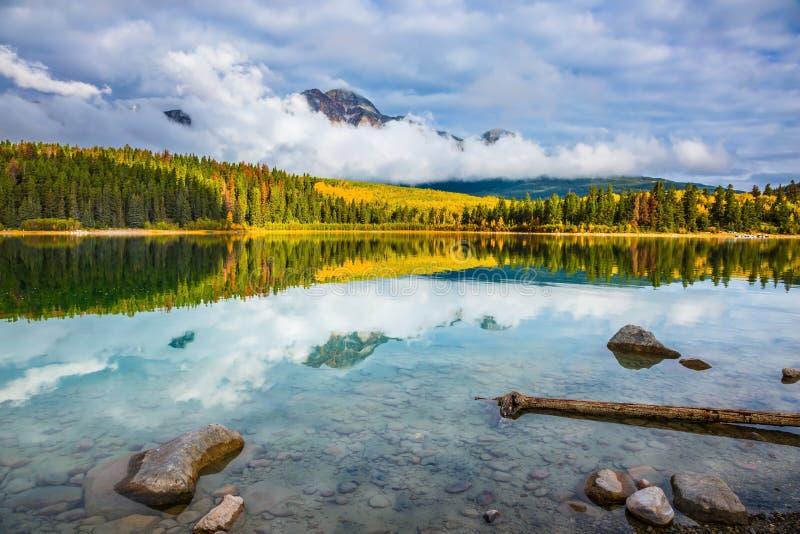 Patricia Lake parmi les forêts photographie stock