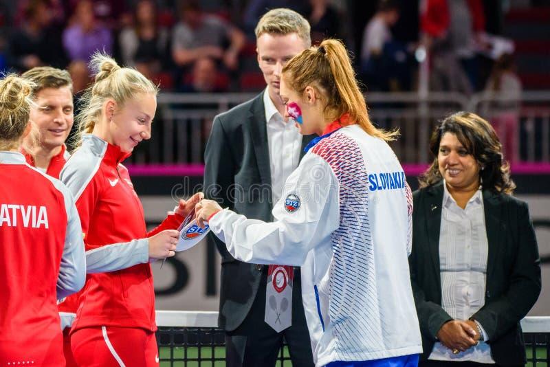 Patricija Spaka e Anna Karolina Schmiedlova prima del gioco fotografie stock