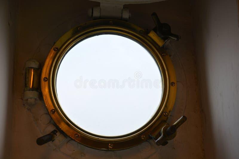 Patrijspoort van de binnenkant op een schip stock foto