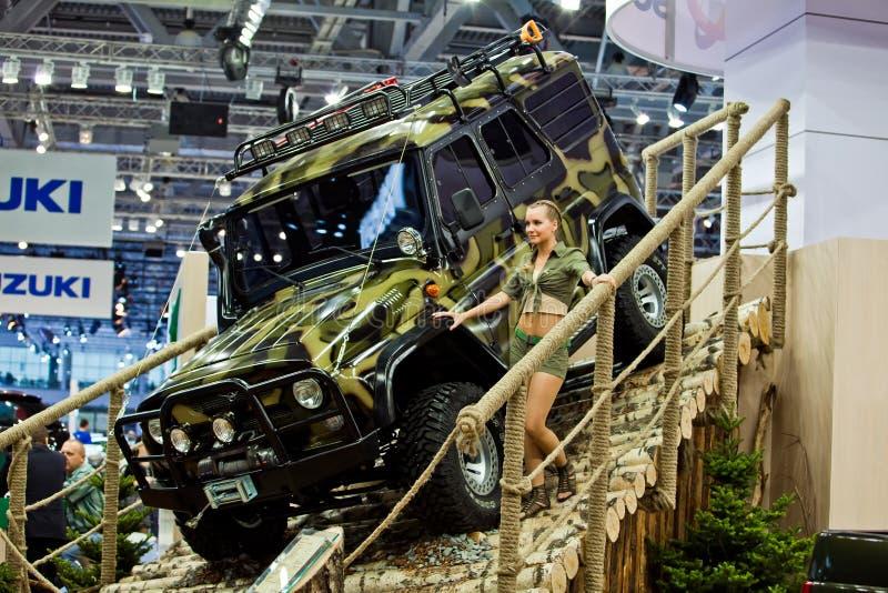 Patriot UAZ die in Moskou, Rusland wordt voorgesteld. stock afbeelding