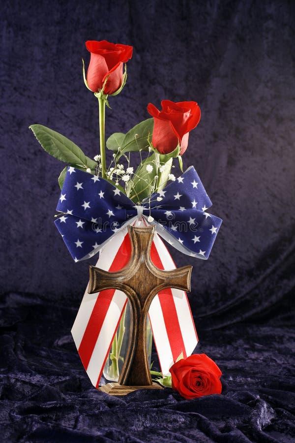 Patriotische Rosen und Kreuz stockfotografie