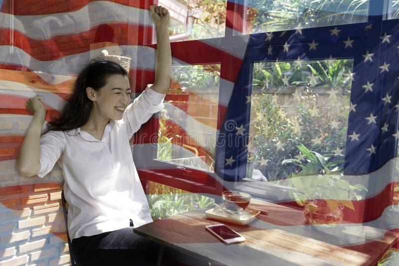 Patriotische Zusammensetzung der glücklichen jungen halben Thailändisch-amerikanischen Frau in h stockbild