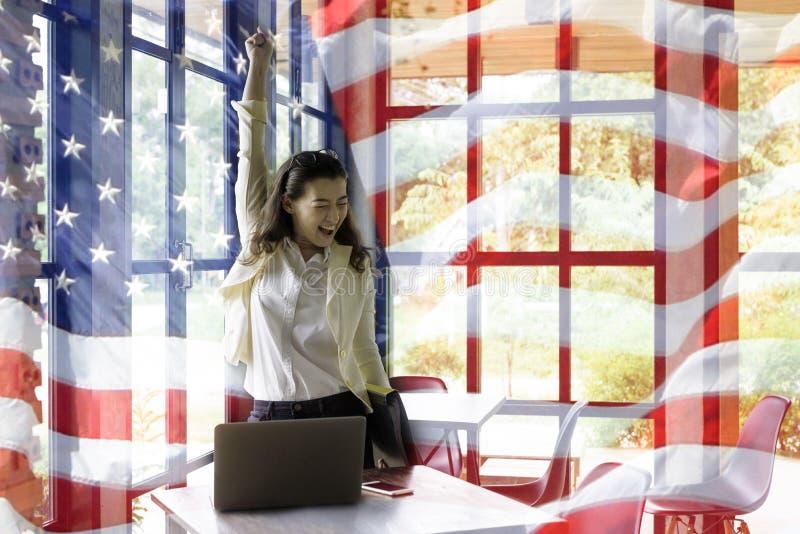 Patriotische Zusammensetzung der glücklichen jungen halben Thailändisch-amerikanischen Frau in h stockfotos