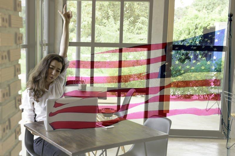 Patriotische Zusammensetzung der glücklichen jungen halben Thailändisch-amerikanischen Frau in h stockbilder