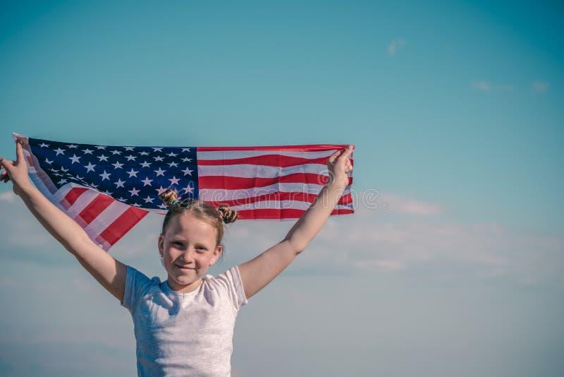 Patriotischer Feiertag Gl?ckliches Kind, nettes kleines Kinderm?dchen mit amerikanischer Flagge Staatsangeh?riger am 4. Juli Ansc lizenzfreies stockbild