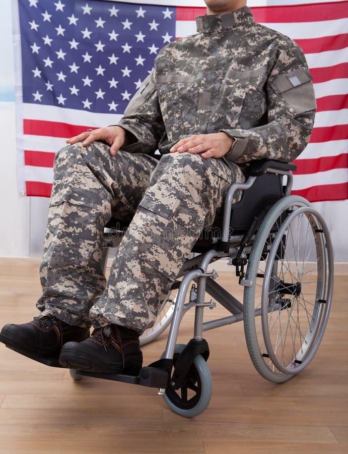 Patriotischer soldat der auf rollstuhl gegen - Amerikanische stuhle ...