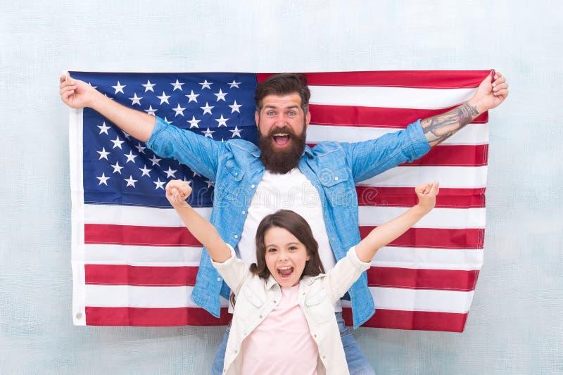 patriotisk familj Självständighetsdagen är möjligheten för att familjemedlemmar ska återförena och att koppla av Offentlig ferie  royaltyfri foto