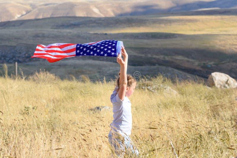 Patriotisk ferie Lycklig unge, gullig flicka f?r litet barn med amerikanska flaggan Medborgare 4 juli isolerad minnes- white f?r  royaltyfria foton