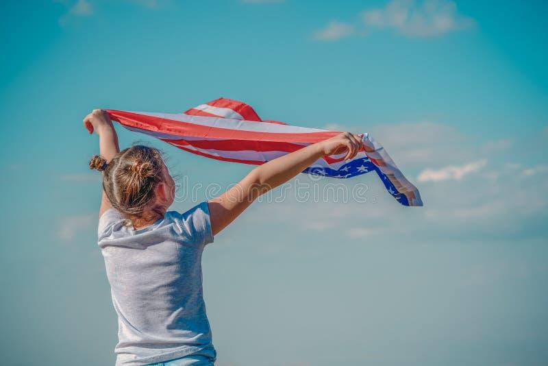 Patriotisk ferie Lycklig unge, gullig flicka f?r litet barn med amerikanska flaggan USA firar 4th Juli royaltyfri fotografi