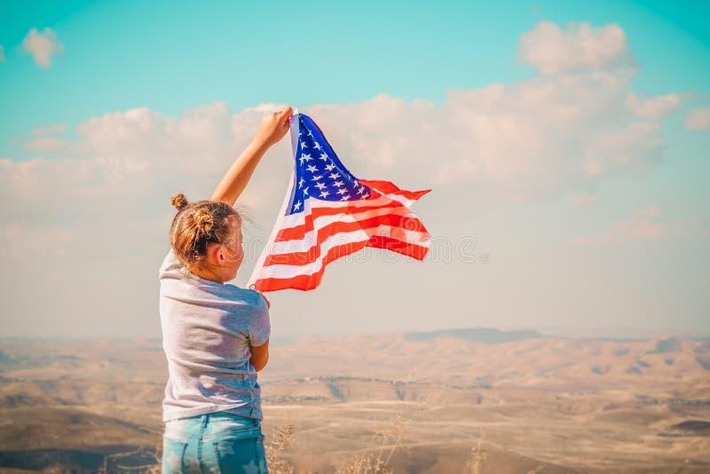 Patriotisk ferie Lycklig unge, gullig flicka f?r litet barn med amerikanska flaggan USA firar 4th Juli royaltyfria foton