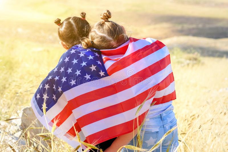 Patriotisk ferie Lyckliga ungar, gulliga flickor för små barn med amerikanska flaggan USA firar 4th Juli royaltyfri bild