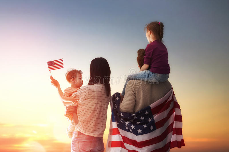 Patriotisk ferie och lycklig familj fotografering för bildbyråer