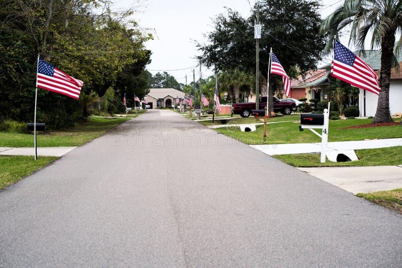 Patriotisk gata med amerikanska flaggan royaltyfria bilder